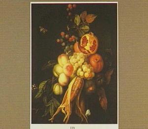 Groente- en fruitstilleven met perziken, druiven, mais en granaatappel in een nis