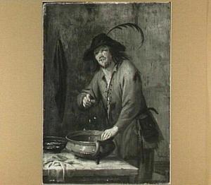 Een man die een ei kapot slaat in een aardewerken pot