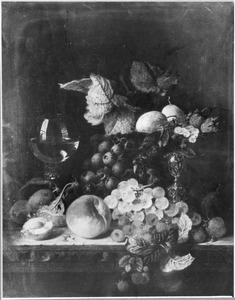 Vruchtenstilleven met een roemer en een tazza