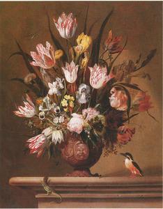 Bloemen in een terracotta vaas met een hagedis en een ijsvogel, op een stenen plint