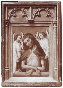Christus als Man van Smarten tussen twee engelen