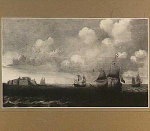 Schepen voor de kust, links een fort