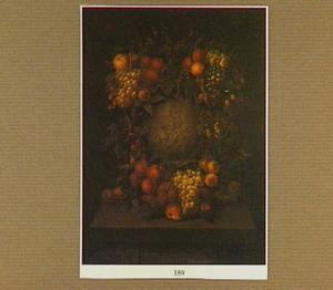Een gebeeldhouwde vaas of medaillon omkranst door een guirlande met fruit