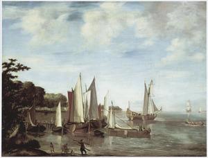 Zuidelijk rivierlandschap met schepen bij een aanlegplaats