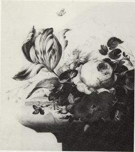 Stilleven met dagschone, koolroos, goudsbloem en andere bloemen op de hoek van een stenen plint