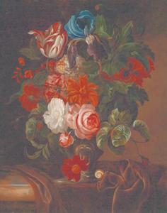 Bloemen in een vaas op een kleed over een marmeren blad