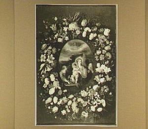 Bloemenkrans rond een medaillon van de heilige familie en twee engelen