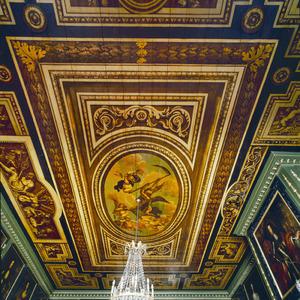 Plafond met allegorische voorstelling en trompe l'oeil geschilderde vakken.