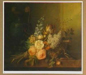 Bloemen op een marmeren plint