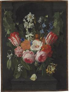 Een bloemenguirlande, hangend voor een hardstenen nis
