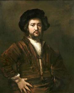 Portret van man met zijn armen in zijn zij