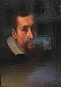 Portret van een man, hoofd en schouder in zwart, met een witte kraag
