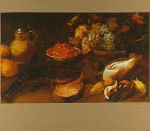 Stilleven van kreeft, moot vis, gevogelte, mand met druiven en een schaaltje met bosaardbeien