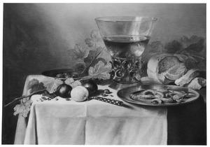 Stilleven met berkemeier, brood, fruit en garnalen op een tinnen bord