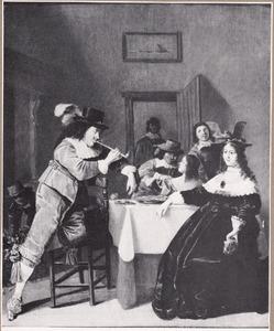 Elegant rokend en etend gezelschap in een interieur