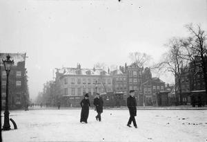 Gezicht op het Haarlemmerplein te Amsterdam met sneeuw