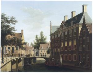 Gezicht op het Oudezijds Heerenlogement aan de Oudezijds Voorburgwal in Amsterdam