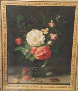 Bloemen in een roemer, met een sprinkhaan en een kikker, op een stenen plint
