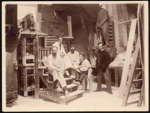 Atelier bij Scheepvaarthuis met H.A. van den Eijnde, Joop van Lunteren, Toon Rädecker, Hildo Krop (zittend) en Michel de Klerk