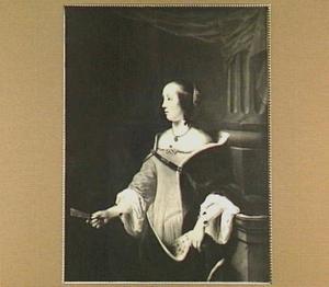 Portret van een vrouw met een waaier en een hermelijn gevoerde