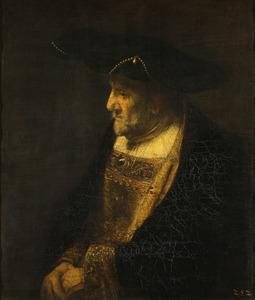 Man met hoed gedecoreerd met parels