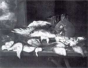 Visstilleven met schol, krab en kabeljauw, weegschaal, mand, kruik en ton; linksachter een doorkijkje naar vissersscène