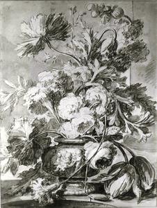 Bloemstilleven in een vaas, versierd met putti, op een balustrade, rechts een zuil