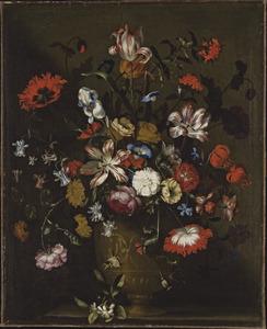Tulpen, irissen, rozen en andere bloemen in een gedecoreerde vaas