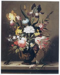 Bloemen in een terracotta vaas, versierd met maskers. links een hertshoornkever