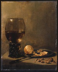 Stilleven met grote roemer met wijn, geschilde citroen op een tinnen bord, mes, walnoten en hazelnoten