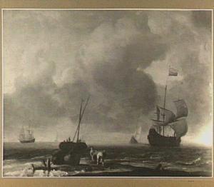 Schepen voor de kust; in de voorgrond legen twee vissers een vismand op het strand