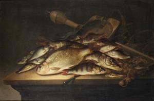 Visstilleven met visgerei op een tafel