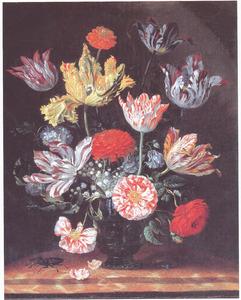 Bloemen in een glazen vaas, met een vliegend hert, op een marmeren blad