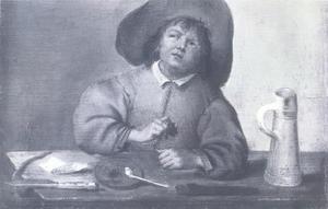 Een jongeman met pijp achter een tafel