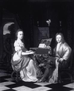 Dubbelportet van een onbekende man en vrouw, met een bediende