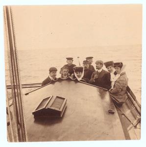 Op een scheepje op de zuiderzee, 1908 vlnr: Henri Verploegh (?), Digna van Stolk, Dora Verploegh, Eugène Tissot (?), Digna Verploegh en onbekende vrouw
