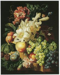 Bloemen en vruchten in en rond een rieten mand op een stenen plint