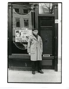 Portret van Jan Schoonhoven voor zijn voordeur