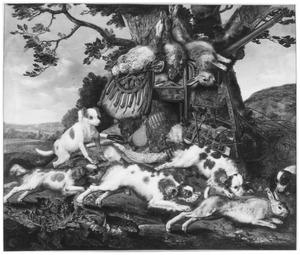 Stilleven van jachtbuit en jachtgerei, ervoor honden die een konijn najagen