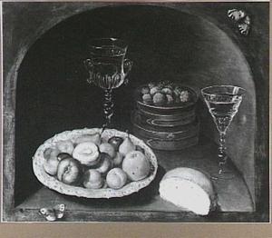 Stilleven van vruchten en wijnglazen in een nis