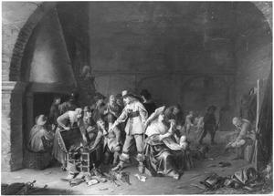 Interieur van een wachtlokaal met soldaten en vrouwen die hun buit inspecteren