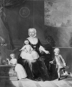 Familieportret van Theodora van der Marck met haar kleinkinderen Jean Baptist Theodoor Testart, Geertruid Elisabeth Testart (1747-1816) en Hieronyma Johanna Testart (1749-1817)