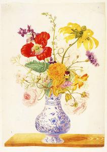Bloemen in een porseleinen vaas op een houten blad