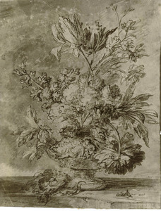 Bloemstilleven in een vaas, versierd met putti, en een vogelnest op een marmeren blad
