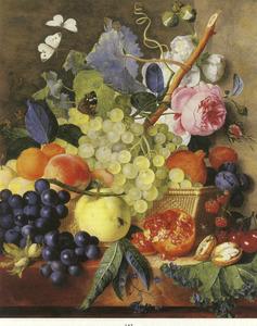 Stilleven van vruchten en bloemen in en om een mand op een stenen plint