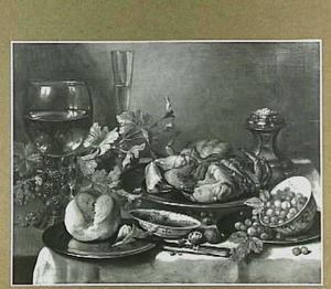 Stilleven met krab, schaaltje met aarbeien, brood, wijnglas en noten