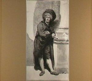 Staande man met bontmuts, bij een zuil