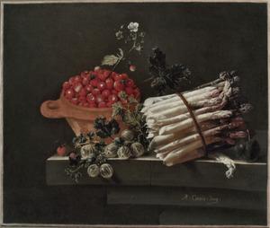 Stilleven met een kom aardbeien, kruisbessen en een bundel asperges op een tafel