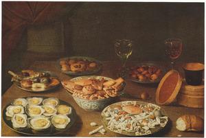 Stilleven met oesters, suikerwerk en glazen op een tafel