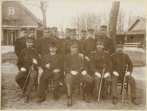 Groepsportret van Jacob Thomas Theodoor Carel van Dam van Isselt (1842-1916),  A.P. Klercq (?-?) en 12 onbekende mannen